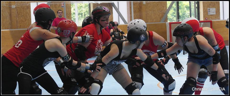 photo d'un pack au roller derby lors d'un départ de jam